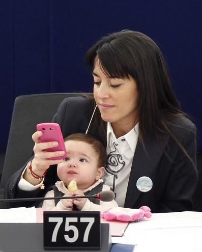 Licia Ronzulli leva bebé para o parlamento (Reuters)