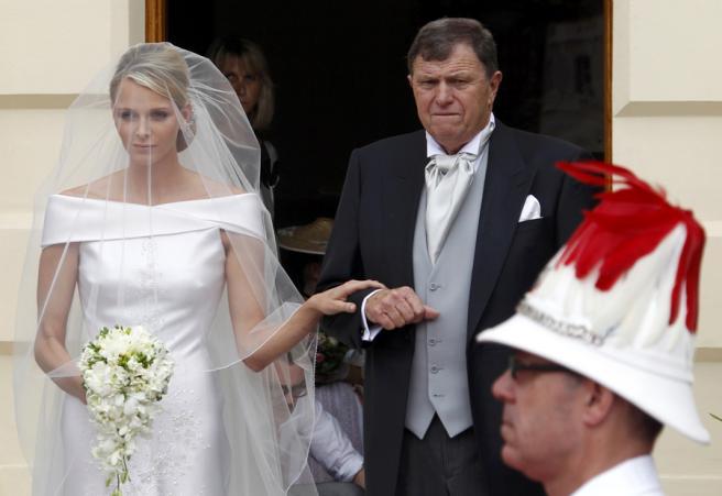 Charlene pela mão do pai, Kenneth Wittstock Fotos: Reuters