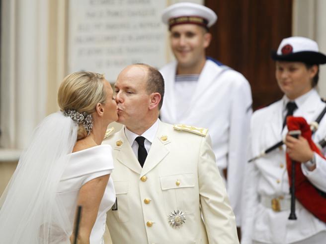 Príncipes beijam-se à porta da Igreja de Santa Devota Fotos: Reuters